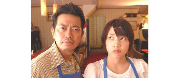 主役の磯辺裕次郎を演じるのは、宮迫博之(写真右)。裕次郎の娘・咲子を演じるのは長崎県出身の仲里依紗 ©2008「純喫茶磯辺」製作委員会