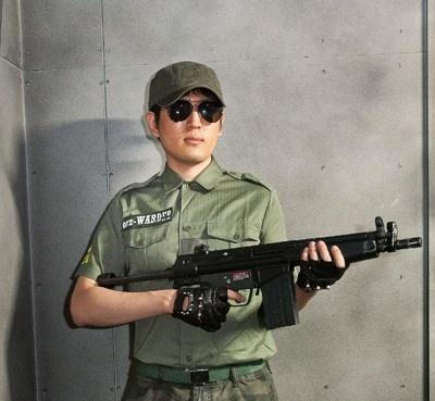 武装した屈強な監視員が目を光らせる!