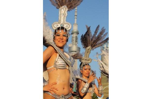 東京スカイツリーの麓でダンス!華やかな衣装で踊る出演者たち