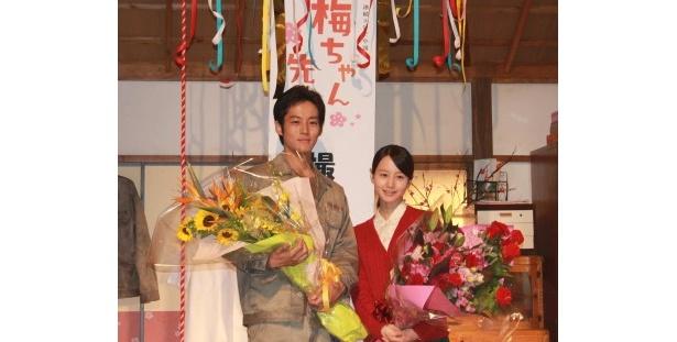 「梅ちゃん先生」の全シーンを撮り終え、掘北真希と松坂桃李は花束を受け取る