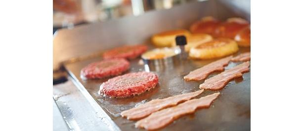 パティの肉質や焼き方にもこだわる店が増え、ハンバーガーの品質が格段にアップ!