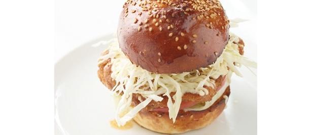 期間限定から定番入りした「チキンタツタBURGER」。1日マリネしてから焼く鶏ムネ肉はジューシー!