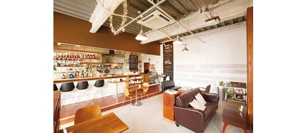 北欧モダンなインテリアのカフェ風の店内