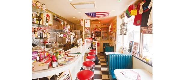 アメリカのオーダーメイド家具なども並ぶ、ポップなテイストの店内