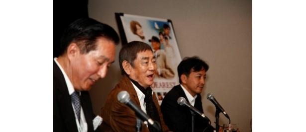 第36回モントリオール世界映画祭の公式会見に出席した高倉健(中央)