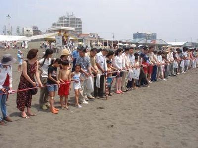 先着100人が参加する毎年恒例のテープカットで、茅ヶ崎の夏がスタート