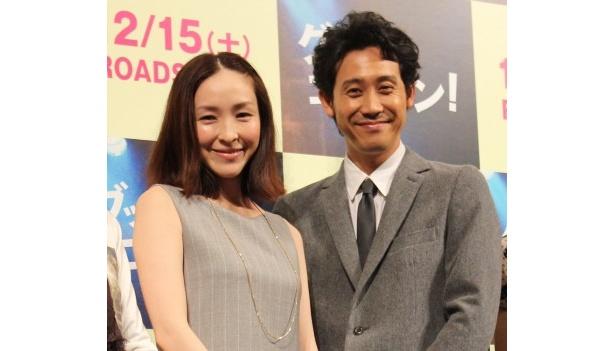 『グッモーエビアン!』の完成披露舞台挨拶に登壇した麻生久美子と大泉洋