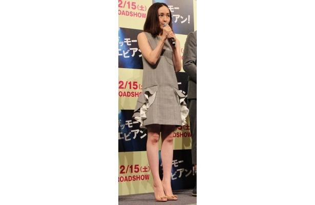 【写真を見る】出産後の初ステージ!変わらぬスリムなスタイルを披露した麻生久美子