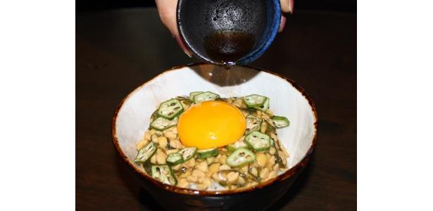 「SHIBUYA DINING ぷん楽」で人気のヘルシーな1品。「めかぶと納豆とおくらのねこまんま」