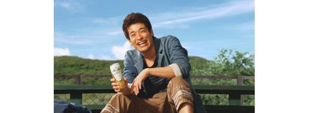 草野球ののどかな光景に笑顔がこぼれる佐藤