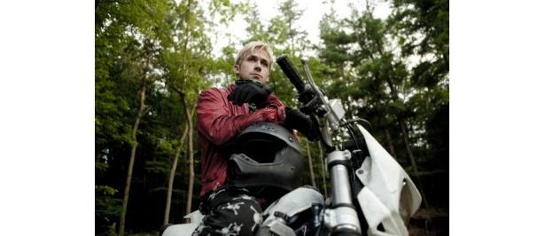 金髪に赤の革ジャケットというライダー風の姿をしたライアン・ゴズリング