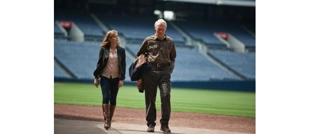 『人生の特等席』に出演するクリント・イーストウッドと娘役のエイミー・アダムス