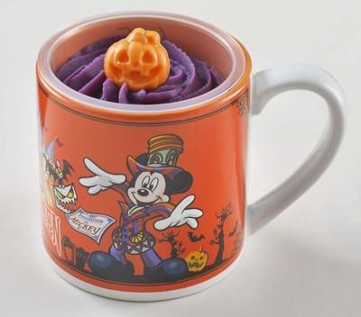 紫イモのムースとクリームがこっくり甘くておいしい! 食べ終わったらカップはおみやげに(700円)