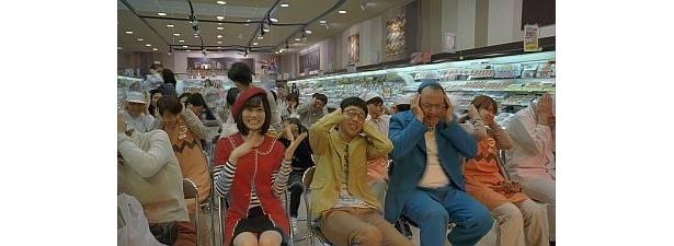 """【写真を見る】あっちゃんがノリノリで""""ヘビロテ""""を踊る!ほかCMカット20点を公開"""