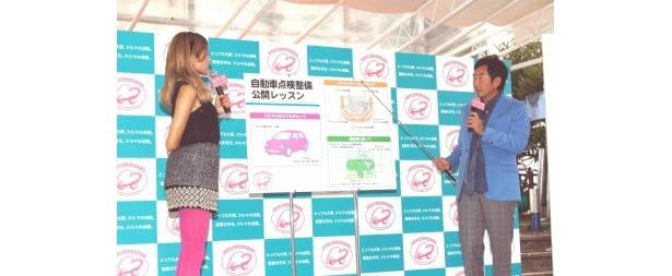 石田がローラに自動車点検整備についてレクチャーする