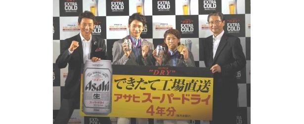 松岡修造、入江選手、吉田選手に、できたて工場直送のアサヒスーパードライが4年分が送られる