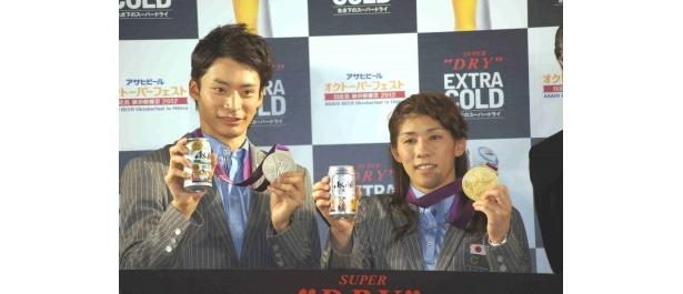 獲得したメダルと共にアピール