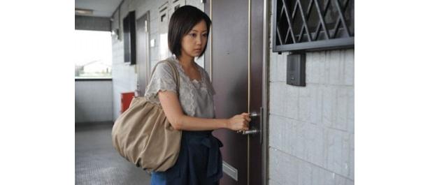 【写真を見る】利用するトランクルームで奇妙な出来事に遭遇する女性に扮した木南晴夏
