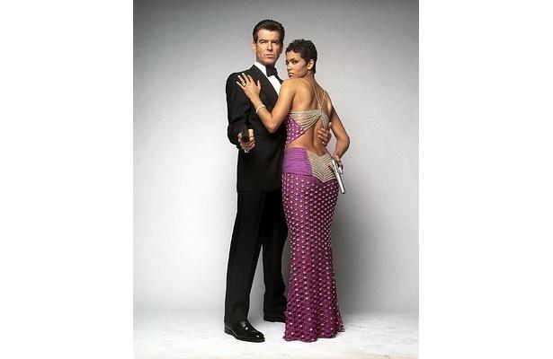 オークションには『007 ダイ・アナザー・デイ』でハル・ベリーが着用したドレスも出品される