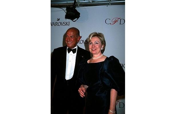 ヒラリー・クリントン国務長官らのドレスも手がけている