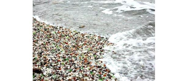 色とりどりのガラス片が埋まったカリフォルニア州の「グラスビーチ」
