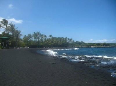真っ黒な砂浜が印象的なハワイの「プルナウ黒砂海岸」