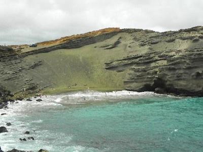 ハワイの「グリーンサンドビーチ」。緑色に見えるのはカンラン石の結晶が砂に混じっているから