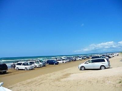 石川県の「千里浜なぎさドライブウェイ」。波打ち際を自動車で走ることができる観光道路