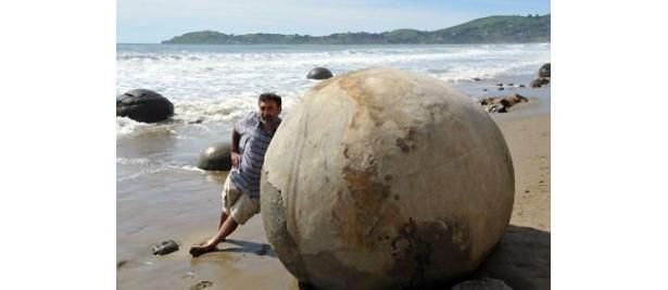 巨大な奇岩が転がる「モエラキ ボルダー」
