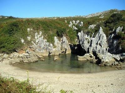 スペインの「Playa de Gulpiyuri」。海岸から100m程離れた草原の真っ只中、海から続く細かな洞窟が海水を引き込んでできた