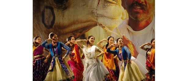 ステージでは華麗なインド舞踊も見もの