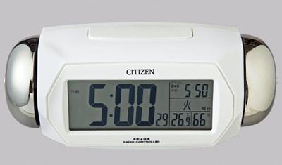時間になると、大音量のアラームが鳴り響く電波時計。スヌーズ機能付きで二度寝防止にも活躍