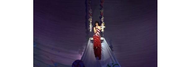 しっとりとしたドレスも似合う!ケイティの歌唱力にも圧倒される