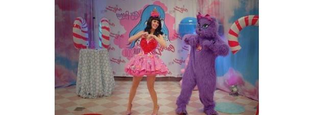 アイドル風ドレスを着たケイティが可愛い!