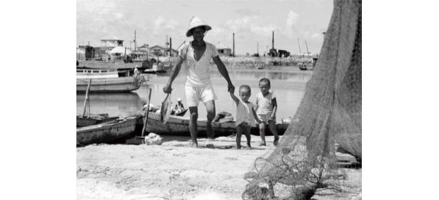 「手をつないで 糸満漁港 1960年」