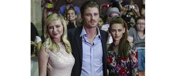第37回トロント国際映画祭でキルスティン・ダンストらとレッドカーペットに登場したクリステン
