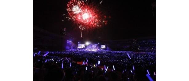 「星空と月と花火の下」を歌唱中、300発の花火が上がった
