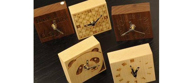 プチクロック盤面にオリジナル彫刻をしてくれる。プチクロックは茶色のウォールナット材か白いメープル材を選べる