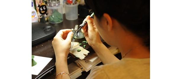 デザインのラフ画をもとに、店でデザインや地金、石を決めればOK。シルバーリング8000円程度~、シルバーネックレス1万円程度~