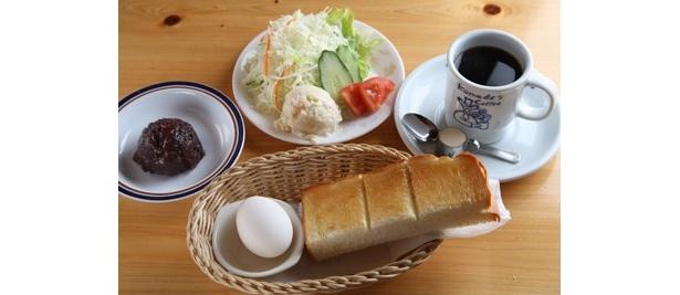ミニサラダ(200円)、あんこ(100円)を追加したブレンドコーヒー(400円)のモーニングセット