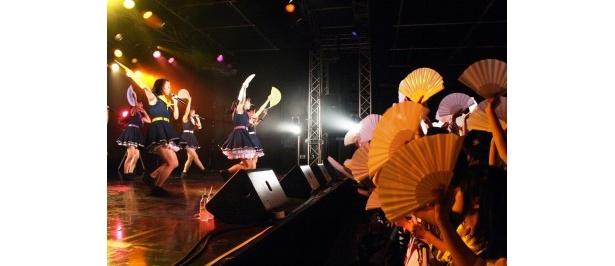 【写真】9月27日(木)に20歳の誕生日を迎える白担当・根岸愛を祝って「夏空HANABI」のサビで白い扇子を振るパッセンジャー(ファン)