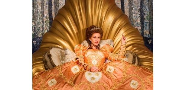 ジュリア・ロバーツが意地悪でわがままな女王をコミカルに演じる