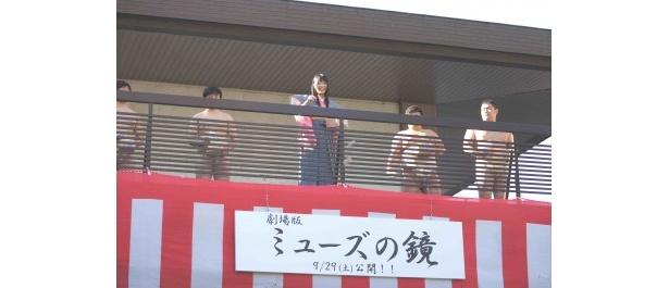 大学の相撲部員と共に豆まきを開始