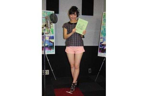 【写真を見る】渡辺麻友がショートパンツで美脚を披露!