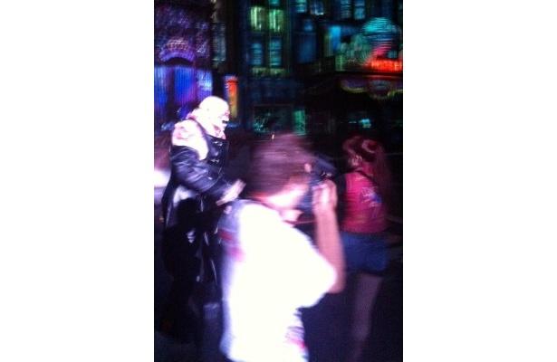タイラント(写真左)がおっかけるのはクレア。ほかにもレオン、ジルなど「バイオハザード」の登場人物もパークでゾンビたちと闘う!