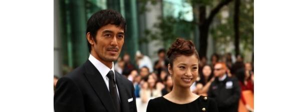 第37回トロント国際映画祭のレッドカーペットを歩いた阿部寛と上戸彩