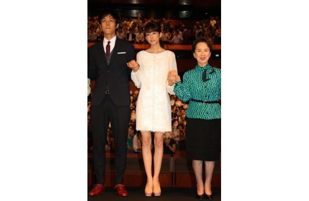 【写真を見る】桐谷美玲は、天使のように羽根をあしらった白のミニワンピースで美脚を披露