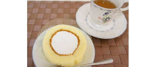 「ロールケーキ(プレーン)」は、さっぱりした甘さのクリームが特長