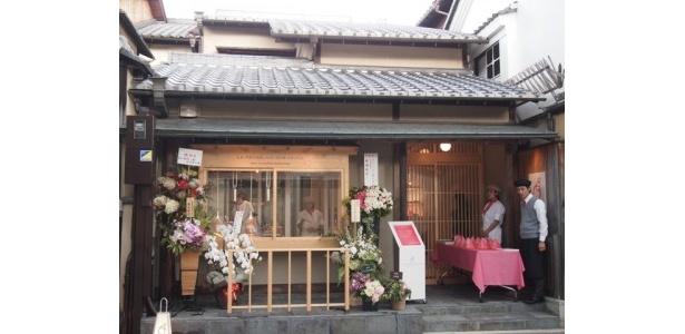 京都ならではの、一軒家型のたたずまいにポップなパリの感覚を融合させたユニークな店舗。