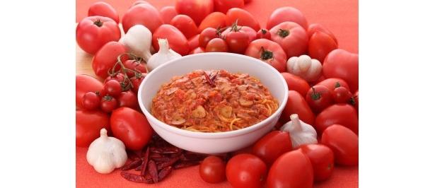 不動の人気メニュー「トマトとニンニクのスパゲティ」(レギューラーサイズ通常950円)が1日限り500円に